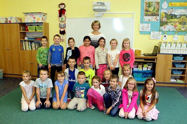 Žáci 1.B třídy Základní školy Komenského, Odry spaní třídní učitelkou Václavou Honyšovou.
