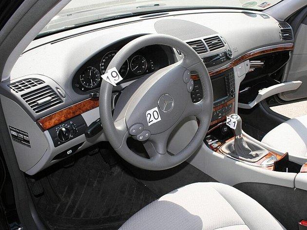 Zloděj z místa činu odjel rovnou z garáže zaparkovaným luxusním vozidlem Mercedes.