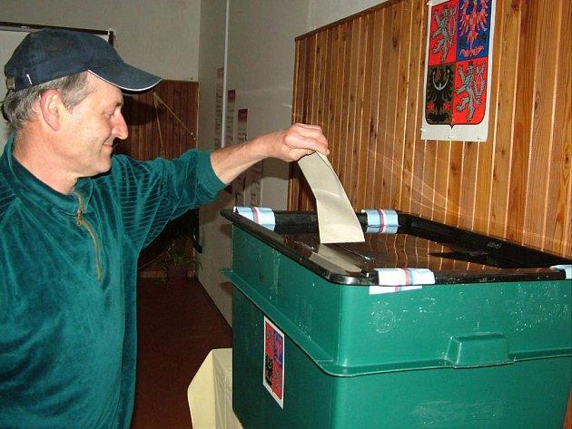 Josef Červek z oder byl jedním z mála voličů v Odrách, který v pátek přišel k volební urně.