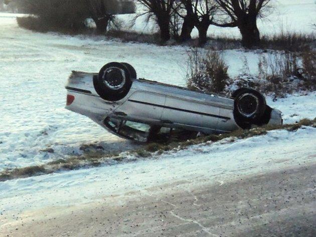 Mladá řidička převrátila v pátek v Bernarticích nad Odrou BMW na střechu.