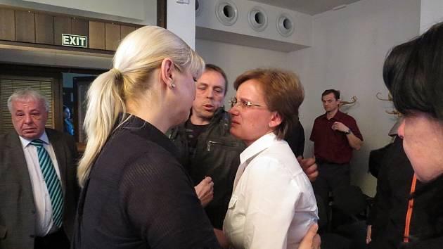 Velké emoce byly k vidění na mimořádném zasedání zastupitelů ve Frenštátě pod Radhoštěm.