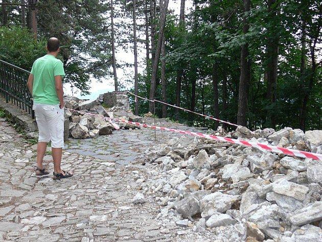 Štramberská Trúba přišla 17. července o část svých hradeb. Ty se vlivem stáří, stavebních chyb a nejspíše i počasí samovolně zřítily.