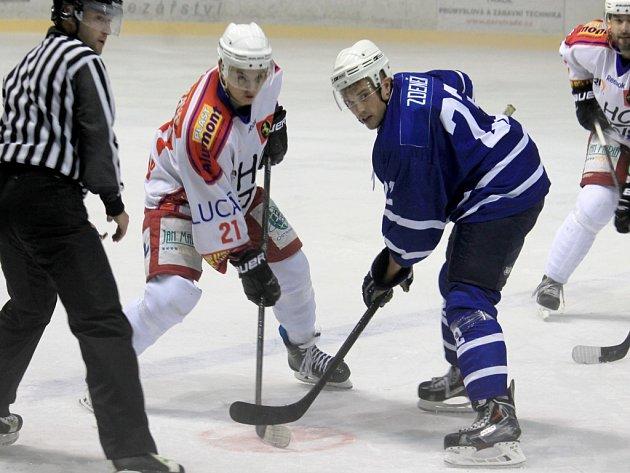 Jiří Zdeněk (v modrém), byl jednou z novojičínských letních posil. Vinou administrativních problémů nastoupil až od 3. kola.