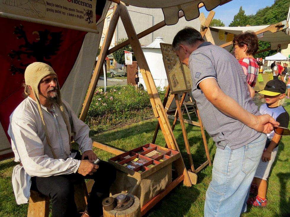 Zhlédnout nebo si i vyzkoušet práci hrnčíře, písaře, kováře či košíkářky anebo to, jak se razí mince, mohli návštěvníci, kteří zavítali na náměstí Komenského do Fulneku.