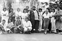 Kolektiv prodejny 737-05 Maso - uzeniny v Kopřivnici v roce 1989, kdy u obchodníků na návštěvě byla herecká dvojice Jiří a Helena Růžičkovi.