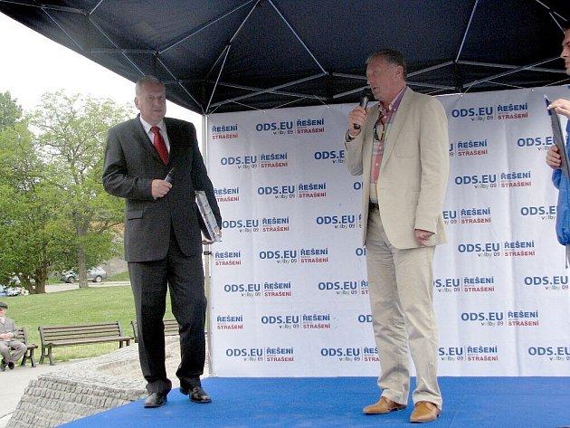 Kopřivnici se přijeli osobně představit hejtman Moravskoslezského kraje Evžen Tošenovský a bývalý předseda vlády České republiky Miroslav Topolánek.