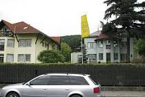 Domov Odry tvoří pět budov, přičemž ve třech jsou ubytováni uživatelé zařízení. Zbývající dva objekty slouží jako hospodářské zázemí. V okolí domů je upravená zahrada s možností relaxace.