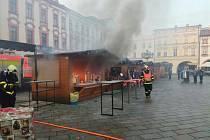 Zásah hasičů u požáru celodřevěného stánku na Masarykově náměstí v centru Nového Jičína.