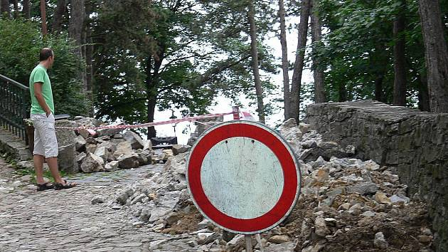 Hradební zdi v areálu štramberské Trúby se zřítily loni v červenci.