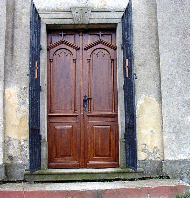 Replika dveří, kterou již lze spatřit ve vchodu nyní.