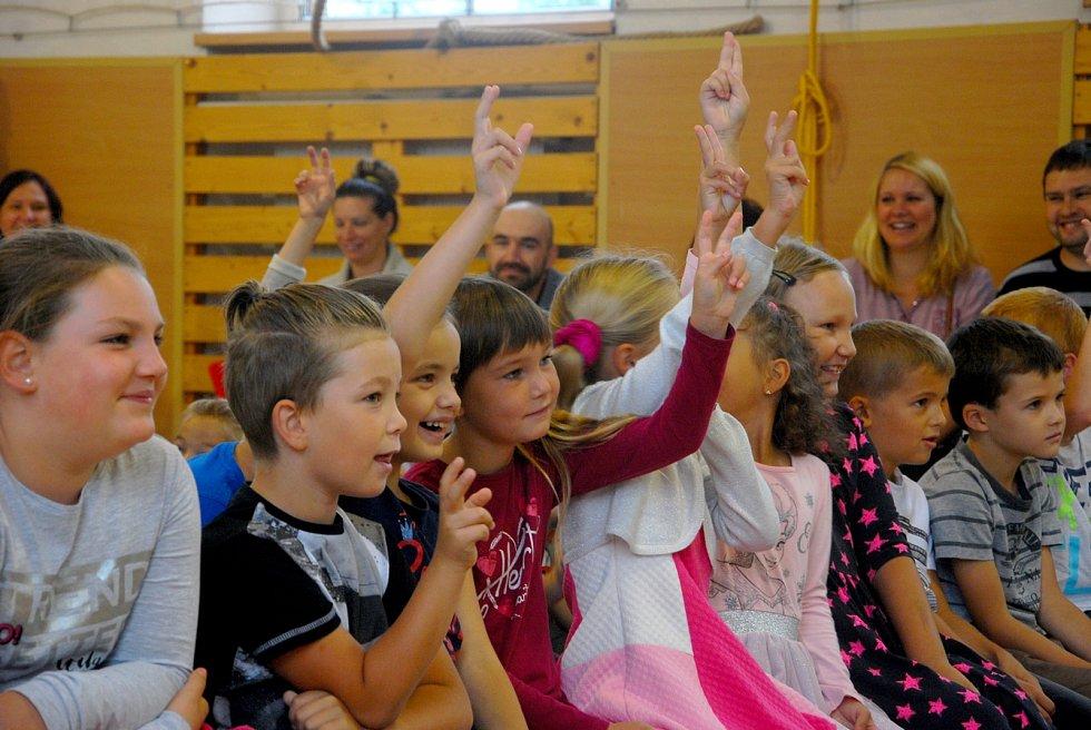 Natěšení na svůj první školní rok byli v pondělé prvňáčci, kteří usedli do lavic v Základní a mateřské škole v Ženklavě.