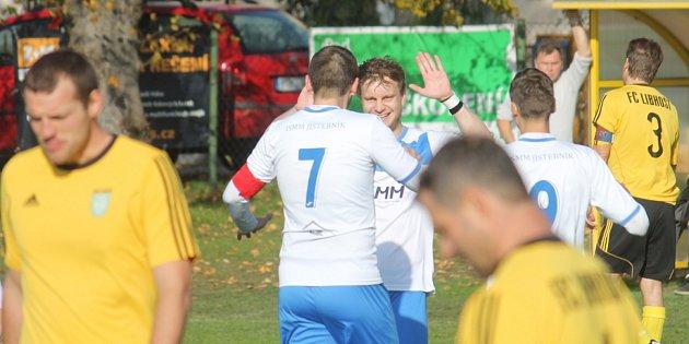 Ve víkendovém pokračování I.A třídy, skupiny B, se v derby radovali hráči Jistebníku (v bílém), kteří porazili Libhošť 2:1.
