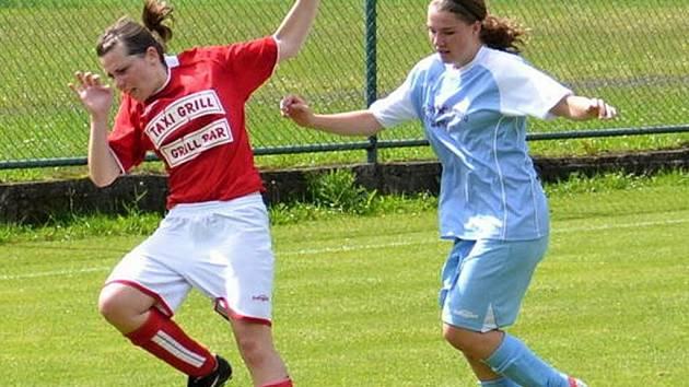 Veřovická Hana Dvořáková (vlevo) v souboji se štramberskou Kateřinou Nedomovou.