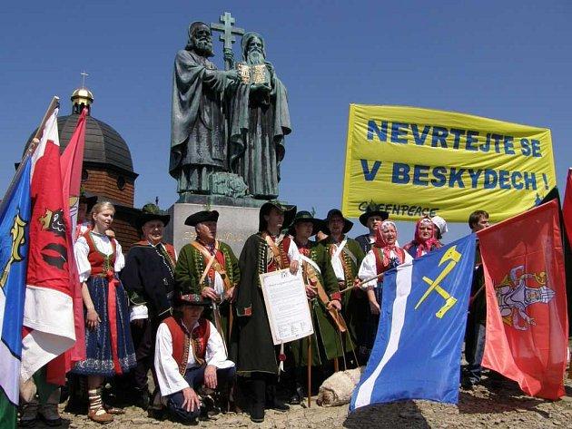 Valaši v sobotu vyšli na svou památnou horu Radhošť a tam jasně vzkázali, že těžaře pod zem pustit nechtějí.