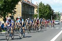 Peloton cyklistů při závodě Slezského poháru v Krnově.