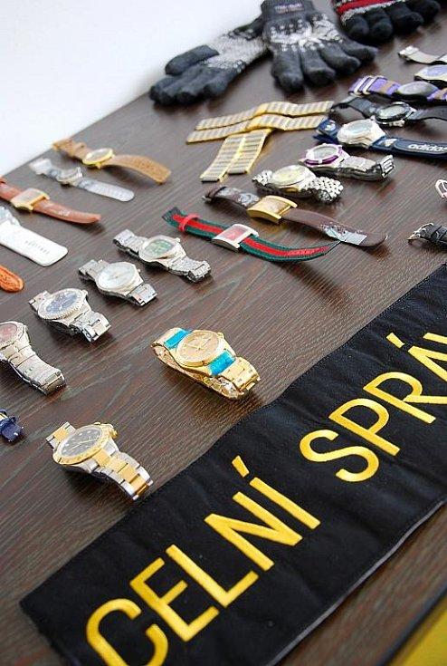 Celníci na mošnovské letišti zabavují letos nejčastěji padělky mobilních telefonů iPhon. Dále také značkové hodinky, oblečení, hračky, nástroje, cigarety a také živočichy chráněné mezinárodní úmluvou.