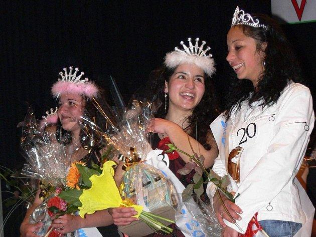 V kategorii od 16 do 18 let se z titulu Miss Roma radovala Veronika Kačová (uprostřed) z Nového Jičína. Titul první vicemiss si vydobyla Magdalena Kačová (vlevo), druhou vicemiss se stala Adéla Horváthová z Vítkova.