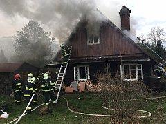 Pět jednotek hasičů zasahovalo v pátek v obci Tichá u požáru starší roubenky.