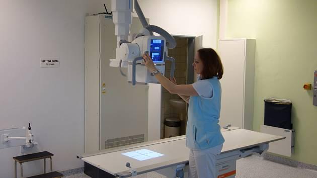 Při instalaci nového rentgenu bylo zapotřebí místnost stavebně upravit. Pro ukotvení stolu a položení kabeláže se připravovala podlaha, stejně tak bylo zapotřebí uchytit i stropní závěs přístroje.  půl milionů korun.
