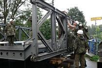 Ženisté z jihočeské Bechyně se ve čtvrtek 9. července pustili do stavby provizorního mostu přes řeku Jičínku u bývalého objektu mlékárny v Kuníně.