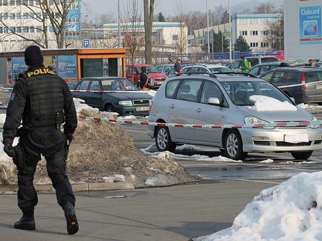 Stříbrné vozidlo Toyota Avensis Verso zaparkované v nákupním středisku v Šenově u Nového Jičína uvedlo do pohotovosti několik desítek policistů.