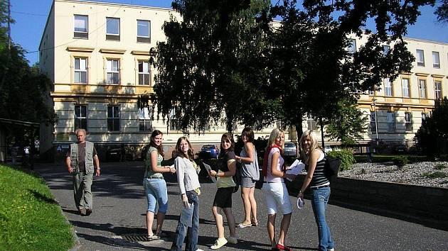 Studentky ekonomicko-podnikatelské školy ve Studénce na své cestě do bílovecké nemocnice.