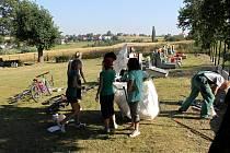 V jednom z minulých roků pracovali studenti v Bítově na místním hřbitově.
