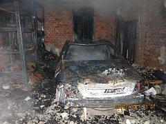 Čtyři jednotky hasičů zasahovaly v noci na pondělí v Příboře u požáru garáže, dílny a zaparkovaného osobního auta Opel.