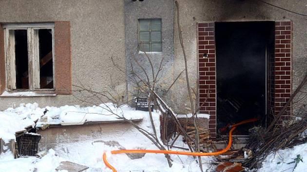 Tři jednotky hasičů vyjížděli ve středu 15. prosince krátce před polednem do Hukovic u Bartošovic. Hasiči po příjezdu na místo zjistili, že hoří kuchyň v přízemí zchátralého domu.