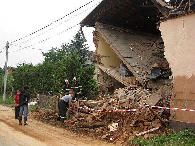 Když voda v Jeseníku nad Odrou opadla, odkryl se nemilosrdný pohled na škody, které napáchala. Do obce přijela na pomoc i armáda.