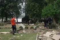Voda v Jeseníku nad Odrou opadla a odkryl se nemilosrdný pohled na škody, které napáchala. V pátek do obce přijela na pomoc armáda.