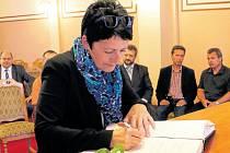 Zástupci Harrachova v čele se starostkou Evou Zbrojovou (na snímku) navštívili poprvé Frenštát pod Radhoštěm v červenci 2015.