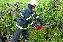 Slatinští hasiči pomáhali například při odstraňování popadaných stromů, které se neudržely v podmáčené půdě.