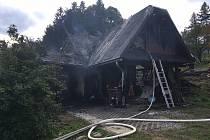 Zásah hasičů u požáru hospodářské budovy v Trojanovicích.