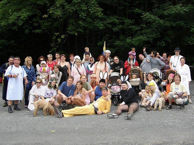 Zhruba čtyři desítky lidí se sešly při letošním výstupu v pyžamech na Javorník. Oděni byli vskutku rozmanitě.