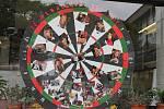 Tvarem i barvou zaujalo obyvatele Nového Jičína tablo místní Střední Mendelovy školy. Umístit fotografie na terč a připíchnout je šipkami je podle nás dobrý nápad.