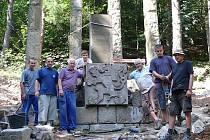 Bývalý památník T. G. Masaryka s původník znakem, který na něj majitel nechal vyzvednout 21. srpna.