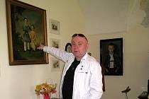 Kastelán Jaroslav Zezulčík se vloni chopil na chvíli role  průvodce, a tak mohli návštěvníci nahlédnout ještě hloubě- ji do historie i současnosti zámku.