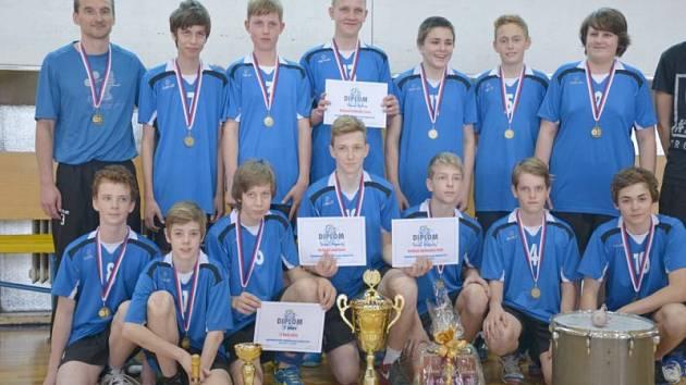 Nejlepších 16 týmů, které si vybojovaly postup z kvalifikace, nastupovaly před nedávnem v hale ABC na mistrovství ČR ve volejbalu mladších žáků. Tým trenéra Bárty nakonec v heroickém závěru, před vynikající kulisou, vybojoval republikový titul.