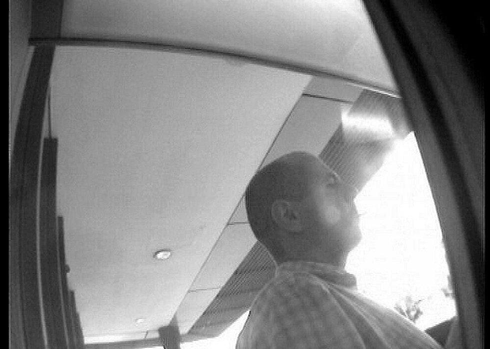 Po tomto muži, který provedl neoprávněný výběr z bankovní karty, pátrají policisté.
