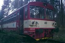 Ranní vlak ze Štramberka do Veřovic vykolejil po nárazu do stromu.