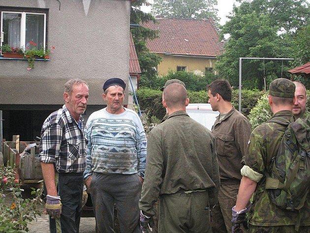 Lbomír Dohnal (v čepici) se domlouvá s vojáky na případné spolupráci.