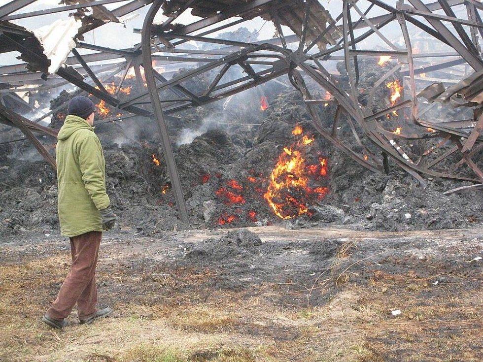 Stoh slámy o 450 balících hořel ze čtvrtku 5. na pátek 6. listopadu v Mankovicích. Stoh pod dohledem hasičů dohoříval.