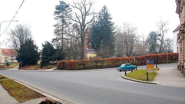 Pohled na Janáčkovy sady z dnešní ulice K Nemocnici od křižovatky směrem na Skalky. Kaple na místě stojí již od poloviny 18. století.