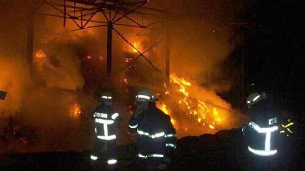 V pátek večer vypukl v Kateřinicích požár stohu slámy. Na místě zasahovalo sedm jednotek hasičů.