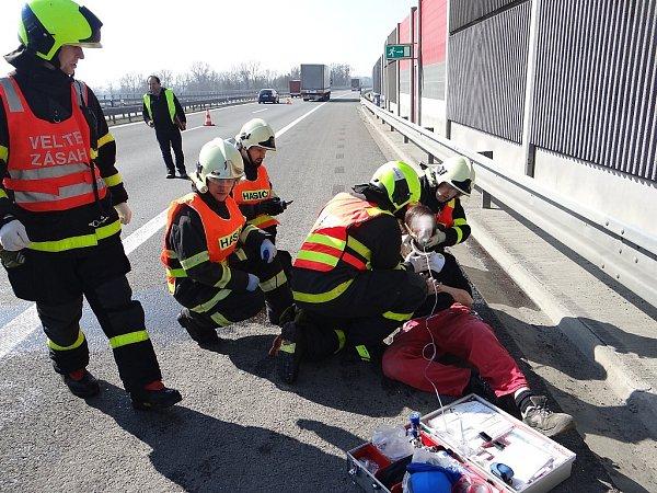 Ošetřování zraněného muže po dopravní nehodě na dálnici.