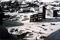 Po válce zůstala stát na náměstí jen radnice.