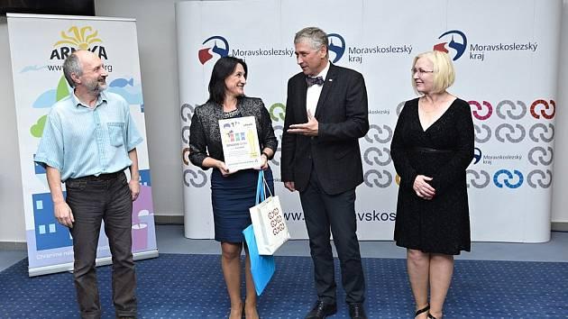 V roce 2019 přebírala Radka Krištofová (druhá zleva) jako starostka Fulneku Odpadového Oscara z rukou Moravskoslezského hejtmana Ivo Vondráka.