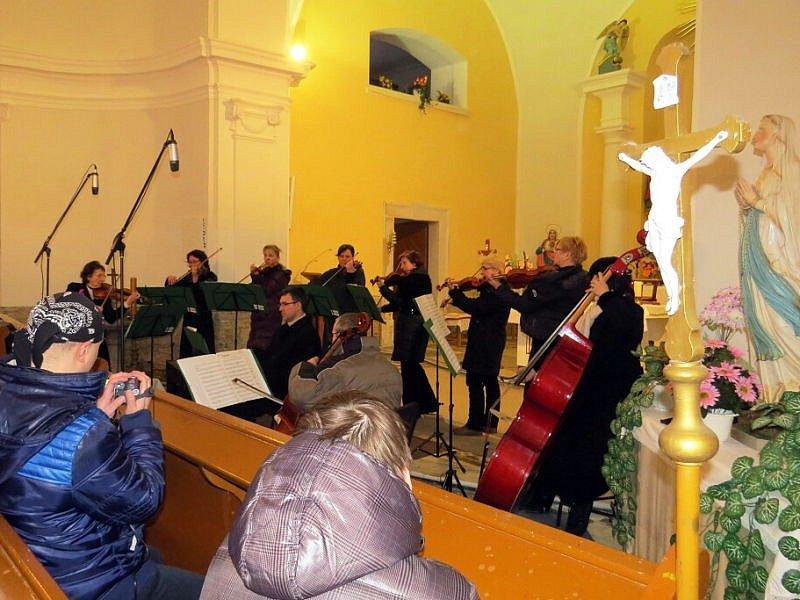 Ve Vrších, v tamním kostele svatého Jiří, se vernisáž putovní výstavy fulneckého malíře Jana Jiřího Frӧmela uskutečnila v sobotu 31. ledna.