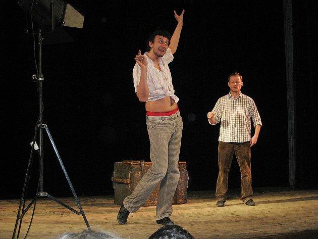 Divadalo Kontra, které publiku v sále štramberského kulturního domu představilo inscenaci Kamene vo vreckách v roce 2010.